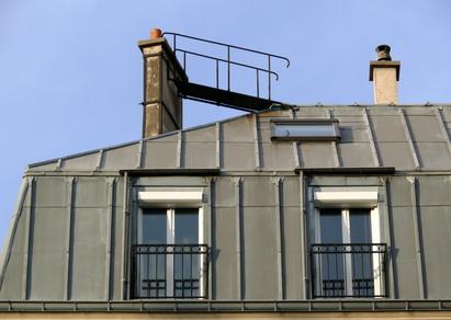Petite passerelle sur un toit de zinc, Paris